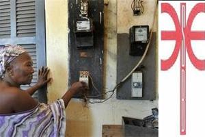 Une cliente de la SBBE impatiente du retour du courant (SOURCE): https://yedafou.afrikblog.com/archives/2013/04/24/27001970.html